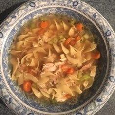 Quick and Easy Chicken Noodle Soup - Excellent chicken noodle soup recipe. Very easy and has a homemade taste. Slow Cooker Huhn, Slow Cooker Soup, Slow Cooker Chicken, Soup Recipes, Chicken Recipes, Dinner Recipes, Cooking Recipes, Budget Cooking, Chicken Pasta