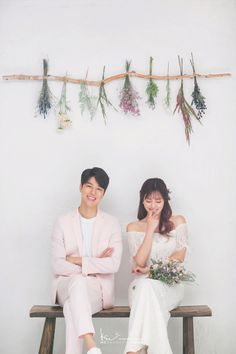 Examine this essential picture as well as browse through the offered ideas on Wedding Outdoor wedding photos Pre Wedding Photoshoot, Wedding Poses, Wedding Shoot, Korean Couple Photoshoot, Korean Wedding Photography, Bridal Photography, Poses Photo, Wedding Venue Inspiration, Wedding Ideas