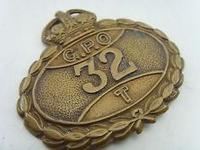 A VINTAGE GENERAL POST OFFICE GPO 32 (ROYAL MAIL) POSTMANS BRASS CAP BADGE