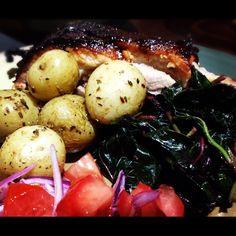 Día de asado ... Costillas de cerdo con BBQ, papas con especies y espinacas chinas
