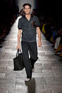 名女優ローレン・ハットンがランウェイを歩く ボッテガ・ヴェネタが2017年春夏コレクション発表|メンズコレクション(ファッションショー)|GQ JAPAN