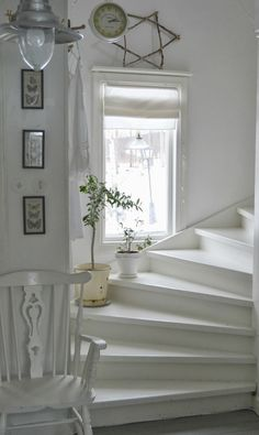 Modern staircase ideas - design and layout ideas to inspire your own staircase remodel, painted diy, decorating basement remodel pictures - staircase ideas Cottage Stairs, House Stairs, Modern Staircase, Staircase Design, Staircase Ideas, Staircase Makeover, Curved Staircase, Spiral Staircases, Shabby Chic Interiors