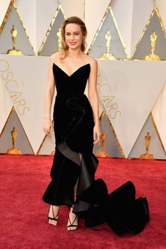 2017 Oscars: Celebrity Style From the Red Carpet Brie Larson in Oscar de la Renta Brie Larson, Oscar 2017 Dresses, Oscar Gowns, Oscars 2017 Red Carpet, Robes D'oscar, Black Formal Gown, Dress Black, Black Gowns, Beauty And Fashion