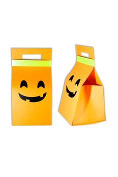 Una linda y sencilla caja de regalo para halloween en forma de calabaza, un cierre en cinta verde y un contenido de muchos dulces, como nos gusta. Disponible en La Confitería. Shape, Mickey Mouse Halloween, Pumpkins, Budget, Crates, Presents, Sweets