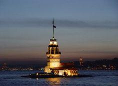 Gün yeni kararmışken kız kulesinin ışıkları boğazı aydınlatacak kadar güzel