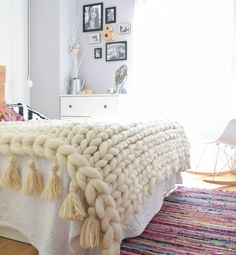 manta punto grueso, manta xl, chunky blanket, lana merino - how-to-crochet-chunky-blanket Chunky Knit Throw, Chunky Blanket, Chunky Yarn, Knitted Blankets, Merino Wool Blanket, Large Blankets, Manta Crochet, Arm Knitting, Cozy House
