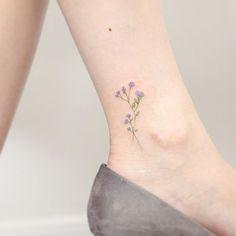 《》 客人希望紀念老公當年送她的第一支紫色的花, 這個紋身也許代表著她們的愛情永恆地生長下去。 痛楚指數:➊ ➋ ➌ ➍ ➄ ➅ ➆ ➇ ➈ ➉ . Tattooed on @emilyinono Artist: @hktattoo_mini