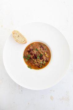 Leckeres Chili mit Hühnchenfleisch, Käse und einem schmackhaften Schmelzkraut. Alles langsam über mehrere Stunden geschmort.
