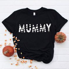 funny halloween costumes Looking for an easy Mom Halloween costume? Our Mummy shirt is soft and light with just the right amount of stretch. Perfect for chasing candy fuelled l Halloween Shirts Kids, Christmas Shirts For Kids, Funny Christmas Shirts, Halloween Kostüm, Halloween Outfits, Halloween Costumes, Vintage Halloween, Halloween Makeup, Fall Outfits