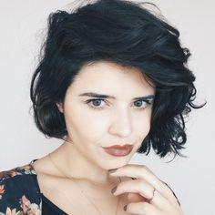 Look da Débora do blog Tudo Orna com cabelo curto e ondulado.