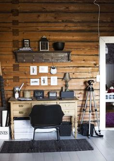 The log wall creates a warm atmosphere We have a home Knotty Pine Decor, Home Bedroom, Bedroom Decor, Small Wooden House, Log Wall, Small Space Office, Cottage Plan, Cottage Interiors, Scandinavian Interior