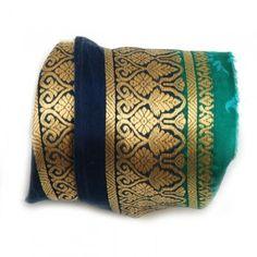 applepiepieces.nl Shanti wraps zijn gemaakt van puur zijde sari randen, soms wel 50 jaar oud. Van elke Shanti hebben we er maar maximaal drie, op is op. Het is bijna niet op foto weer te geven hoe mooi en fijn deze sari randen zijn, bovendien dragen ze heerlijk zacht. De armband maakt een mooie ondergrond voor meerdere armbanden, zgn. 'armcandy', maar draagt solo ook prima. Shanti betekent vrede, rust, kalmte en plezier.De breedte van een rand varieert van 5 tot 7 cm breed. Zilver verguld!