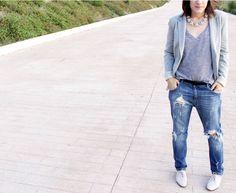 Boyfriend jeans de Stradivarius, con blazer casual gris también de Stradivarius, camiseta rayada de Zara, blucher nude acharolados de Zara aussi.