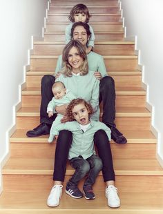 Retrato de família Family portrait photographed on staircase inside the house. Extended Family Photography, Family Portrait Photography, Winter Photography, Family Portraits, Happy Birthday Cards, Family Love, Baby Photos, Photoshoot, Disney Princess