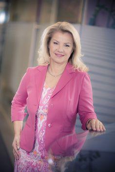 Die Geschäftsführerin Elisabeth Rauscher und ihr Expertenteam sind seit mehr als 20 Jahren erfolgreich in der Immobilienbranche tätig. Salzburg, Old Town, Homes, Blazer, Fashion, Houses, Moda, La Mode, Fasion
