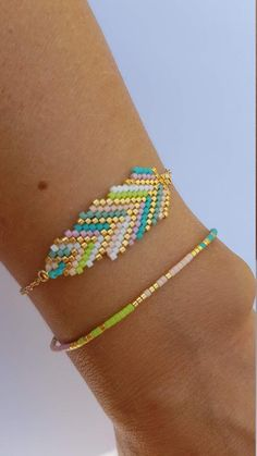 Beautiful bracelets made of Miyuki delica, with coordinated tones. The feather bracelet measures approximately 19 cm. Simple Bracelets, Seed Bead Bracelets, Handmade Bracelets, Handmade Jewelry, Bead Jewellery, Beaded Jewelry, Friendship Bracelet Instructions, Friendship Bracelets, Bracelet Making