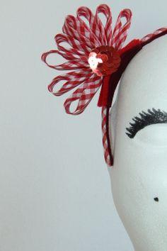 DIADEMA VICHY -  Diadema forrada con cinta vichy blanca y roja, adornada con flor de la misma tela y aplicación de lentejuelas rojas. Precio: 12