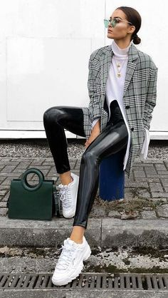 leather pants and sweater outfit Outfits Leggins, Blazer Outfits, Sneaker Outfits, Sneakers Fashion Outfits, Fashion Clothes, Mode Outfits, Stylish Outfits, Dressy Outfits, Lederhosen Outfit