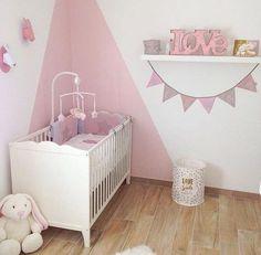 La jolie décoration de chambre bébé en rose poudré de Léna
