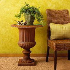 """um vaso tipo taça de cimento, fácil de achar em lojas para jardinagem ou de artigos em concreto, pintado de forma a simular ferro envelhecido , com um tampo de vidro por sobre a """"boca """" do vaso,cortado no mesmo diâmetro, fazendo uma mesinha lateral bem bacana…Como esses vasos geralmente vem já com um furo embaixo, eu faria assim: colocaria um vidro jateado (para ficar translúcido, branco) e dentro do vaso, uma lâmpada, com a instalação elétrica saindo pela furação do vaso e um interruptor"""