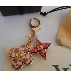 Tip: Louis Vuitton Jewelry (Multicolored) Louis Vuitton Glasses, Louis Vuitton Jewelry, Vuitton Bag, Awesome Things, Nice Things, Keychains, Vintage Designs, Fashion Accessories, Charms