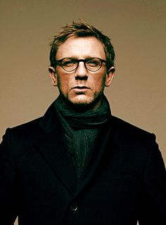 striking portrait of Daniel Craig. who doesn't want to look at James Bond for a little bit? Rachel Weisz, Daniel Craig, James Bond, James Dean, Beautiful Men, Beautiful People, Look Man, Actrices Hollywood, Wearing Glasses