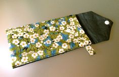 Etui d'iPhone: le tuto - Chez MaGaPa Pochette Portable Couture, Floral Tie, Diy Crafts, Sewing, Bags, Accessories, Sweet, Dressmaking, Tutorial Sewing