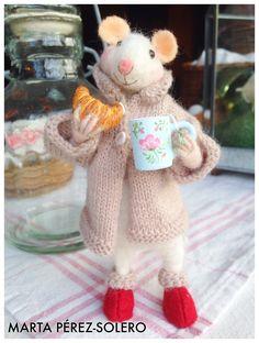 Felted mouse.  Con mug de té y croissant  Todo realizado a mano  Autora: Marta Pérez-Solero
