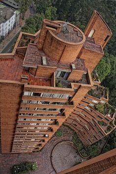 Torres del Parque. Rogelio Salmona Museum Architecture, Interior Architecture, Warehouse Renovation, Brick Works, Build A Wall, Building Structure, Building Exterior, Condominium, Beautiful Places