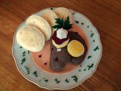 """Dobrou chuť ! - Svíčková na smetaně Ručně šité jídlo- svíčková na smetaně. Vhodné jako hračka pro děti do kuchyňky, dekorace ... Cena je za 4 knedlíky, 2 masa, 2 plátky citronu a omáčku s oblohou. Celý """" jídelní lístek """" najdete ZDE. VÝHRADNÍM MAJETKEM- NELZE KOPÍROVAT!"""