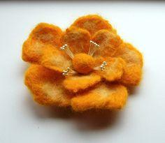 Vilten bloem broche nat gevilte bloem zonnig door DeKleineKunstenaar