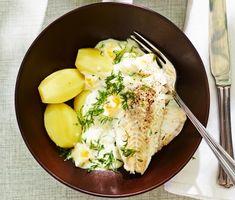 Ett mycket trevligt recept på husmanskost med torsk, potatis, ägg, matlagningsgrädde och dill. Den underbara ägg- och dillsåsen har en härligt krämig konsistens och passar perfekt till den ugnsbakade torsken och matiga potatisen (som går att pressa för en lite mer festlig rätt). Enkelt och vardagsfestligt!
