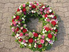Trauerkranz mit roten, pink, rosa, lila  Rosen