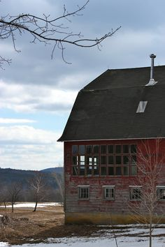 Interesting windows on old red barn Country Barns, Country Life, Country Roads, Country Living, Barn Living, Barns Sheds, Farm Barn, Old Farm Houses, Red Barns
