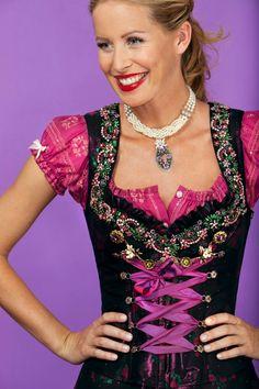 #Farbbberatung #Stilberatung #Farbenreich mit www.farben-reich.com Lola Paltinger Dirndl in black. Just beautiful...