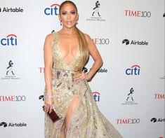 Jennifer Lopez közel 50 évesen is csúcsformában van. A 48 éves színésznő-énekesnő bomba alakját, formás fenekét nagyon sokan irigylik. JLo persze tesz is azért, hogy ilyen jól nézzen ki. Jennifer Lopez, Jennifer Aniston, Julia Roberts, Shakira, Formal Dresses, Fashion, Dresses For Formal, Moda, Formal Gowns