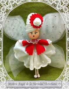 ¡¡Moñita navideña!! Mixed Media Jewelry, Tiny Dolls, Scarf Design, Pom Poms, Felt Crafts, Fairies, Stuffed Mushrooms, Christmas Ornaments, Holiday Decor