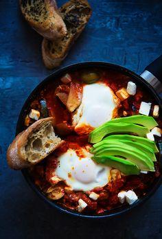 picante-jalapeno.blogspot.com: Szakszuka z jajkiem, fetą i awokado + bazyliowe grzanki