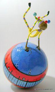 Opa! objetos de papel maché y cartapesta: Acróbatas-bola de marzo
