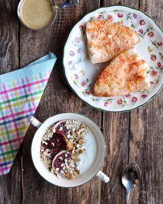 Buenos días! Desayunos contundentes para empezar con energía: Yogur desnatado con higos nueces y avena. Pan con tomate y AOVE. ....Y café que si no no me despierto.  #felizmiercoles
