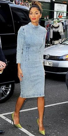 Jeans Styles Nicole Scherzinger works this acid-wash denim dress!Nicole Scherzinger works this acid-wash denim dress! Denim Fashion, Fashion Photo, Fashion Outfits, Nicole Scherzinger, Love Jeans, Jeans Style, Cheap Skinny Jeans, Rihanna Street Style, Estilo Jeans