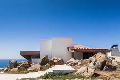 Entrada entre las rocas. Restauración de Boa Nova Casa de Chá de Siza. Fotografía © Joao Morgado.
