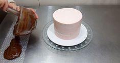 Nikada se ne bi setili: Zavila je tortu u pucketavu foliju, pogledaje šta je dobila