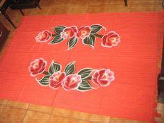 Maravilhoso tapete confeccionado em algodão e pintado à mão. Vai valorizar a decoração de qualquer cômodo de sua casa , pois pode ser usado em salas , escritórios, quartos ,etc. Lavável à máquina. Não mancha e não deforma.