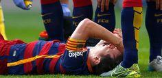 """BARCELONA, España (AP) — Lionel Messi cayó lesionado el sábado en el partido del Barcelona contra el Las Palmas en la liga española y estará unos dos meses de baja, según informó posteriormente la entidad azulgrana, tras realizarle las pertinentes pruebas médicas en una clínica cercana. """"Las pruebas realizadas han confirmado que el jugador sufre…"""