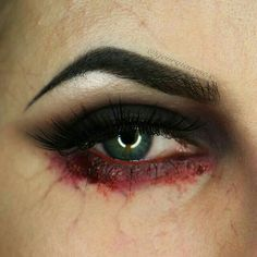 Blut am Auge. Halloween Schminke und Make-up