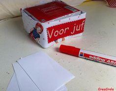 BEDANKJE LEERKRACHT EINDE SCHOOLJAAR: Memohouder van poppetjesstof + label 'voor juf', 7,95€ www.creacrola.nl