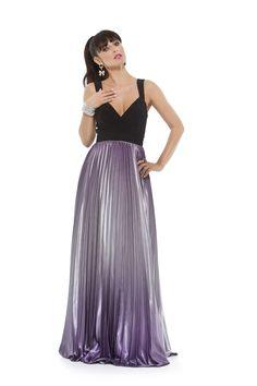 Vestido longo com corpo em tecido com elastano e saia em cetim degradê plissado. Cod. 101640
