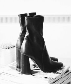 Zwarte schoenen die je overal mee kan combineren Source by cannaslaura Shoes winter Sock Shoes, Cute Shoes, Me Too Shoes, Fab Shoes, Inspiration Dressing, Blog Inspiration, Bootie Boots, Shoe Boots, Zara Boots