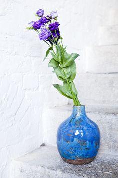 Die handgearbeitete *Vase BELLY* aus Stein und Keramik lässt uns träumen und erfreut Tag für Tag.  Ob mit Blumen im gleichen Farbspektrum oder mit knalligem Kontrast, ein Hingucker ist sie so oder so. Home Decor, Home Desk, Dark Furniture, Light In The Dark, Vases, Stone, Decoration Home, Room Decor, Interior Design